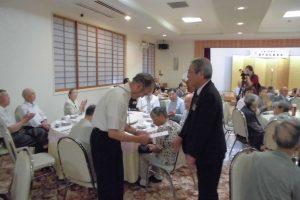 記念品を受け取る代表者(藤沢地区)